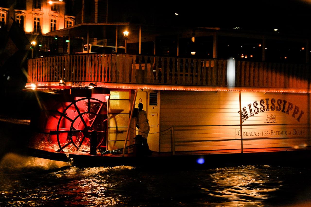 Péniche sur la Seine de nuit