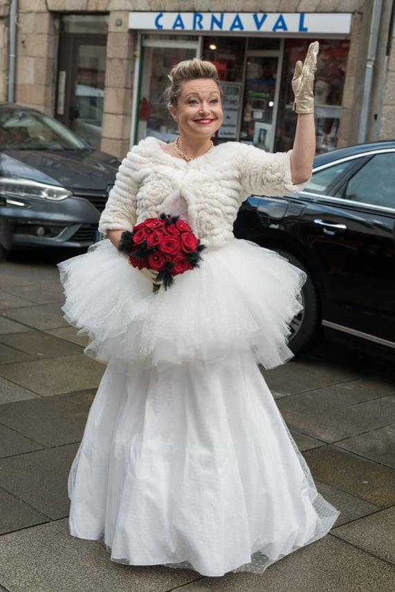 Mariée enthousiaste et souriante