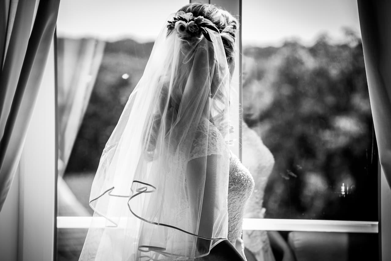 Mariée de dos avec son joli voile