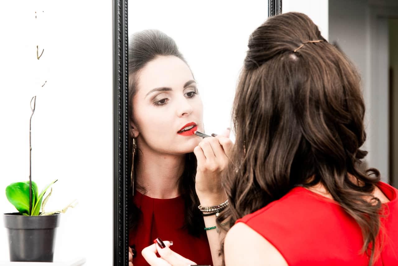 Maquillage d'une invitée pour le mariage