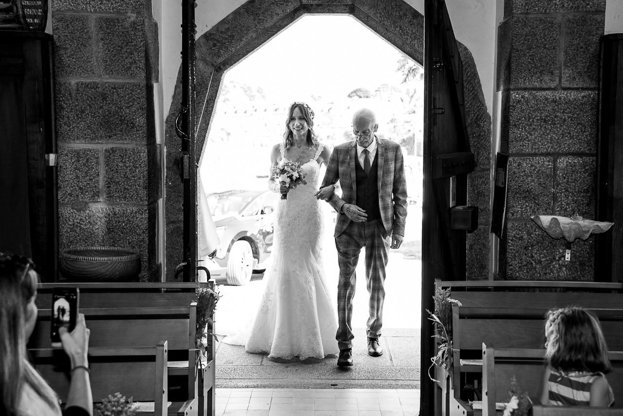 Arrivée de la mariée à l'entrée de l'église