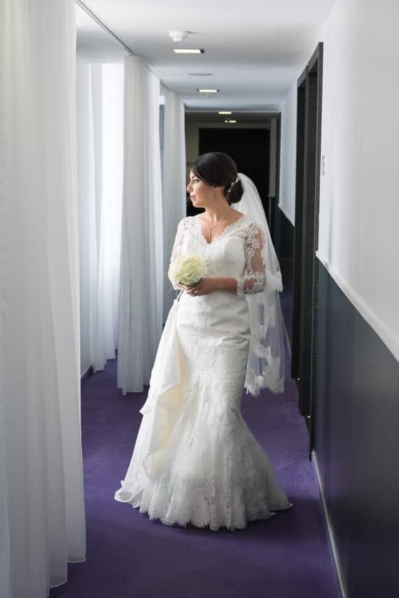 Magnifique portrait de mariée avec son bouquet dans les mains