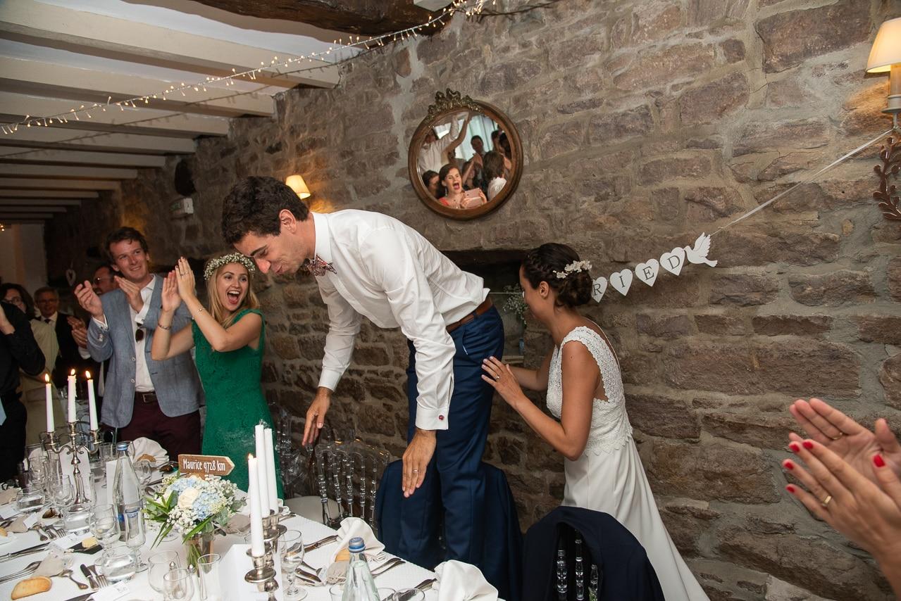 Les mariés pendant le repas de mariage