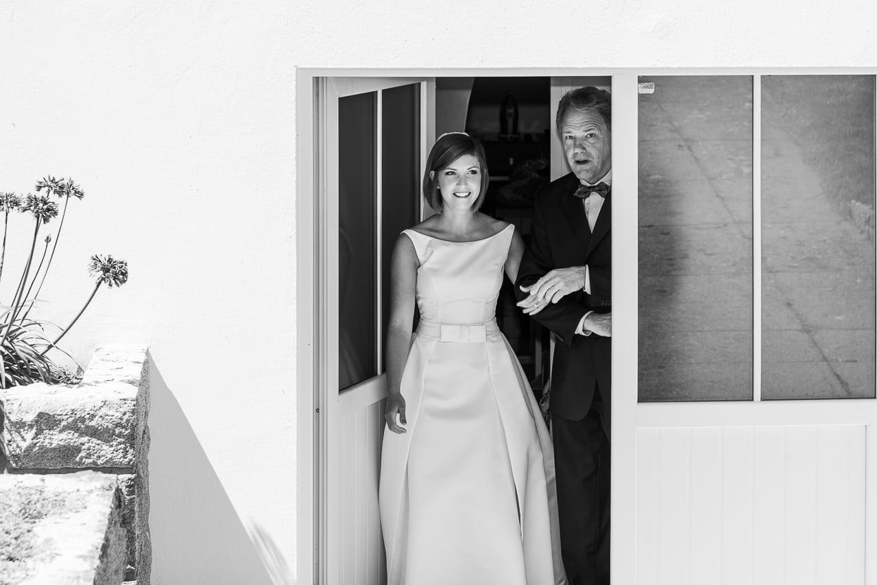 La mariée accompagnée de son père