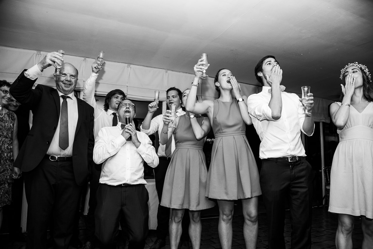 La famille dans la salle de mariage