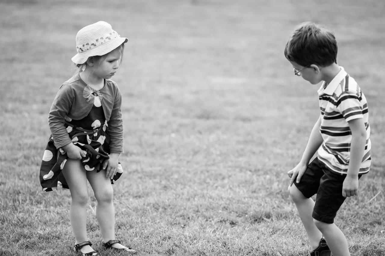 Enfants jouant dans l'herbe pendant la  cérémonie