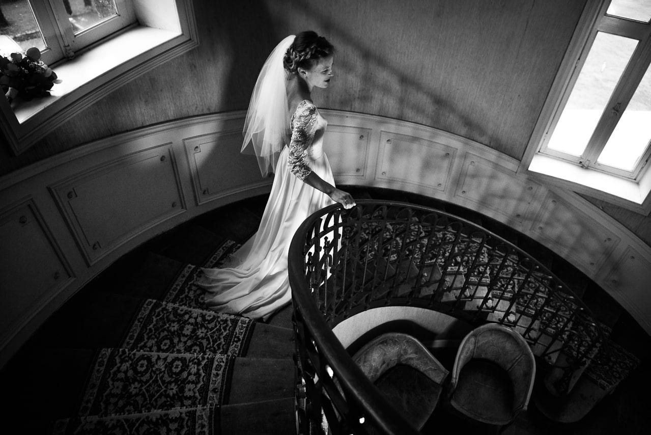 Descente des escaliers de la mariée dans sa jolie robe