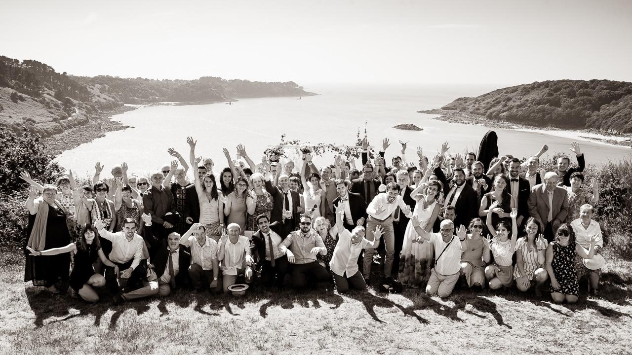Photo de groupe du mariage en bord de mer