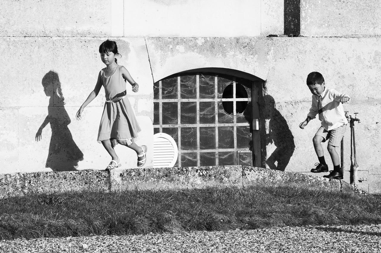 Enfants jouant dans l'herbe