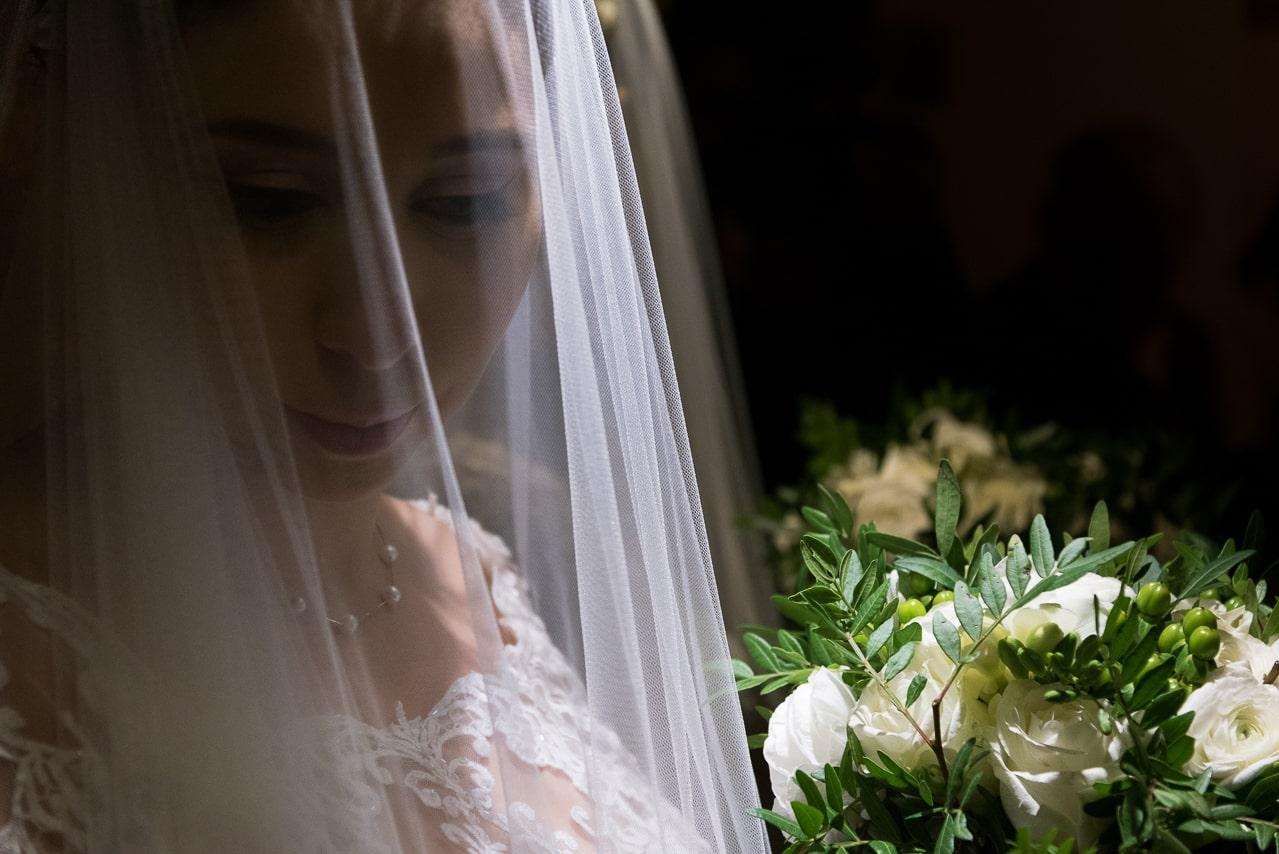 Mariée avec son voile et son bouquet
