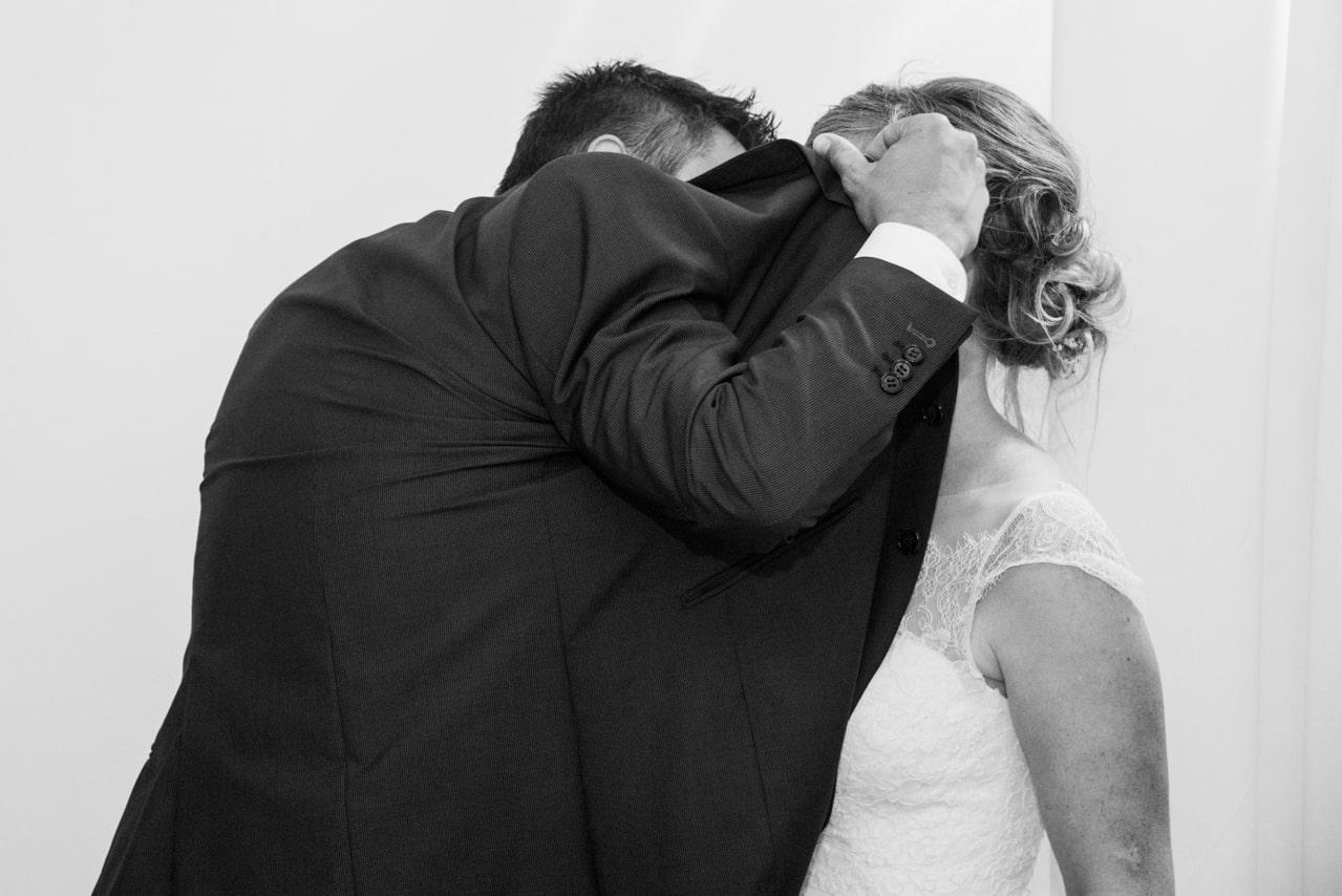 Mariés se cachant pour s'embrasser