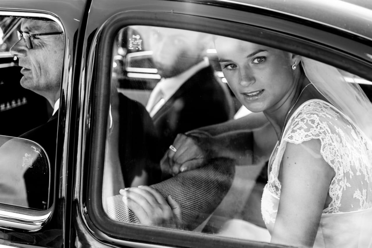 Portait de la mariée dans une voiture ancienne