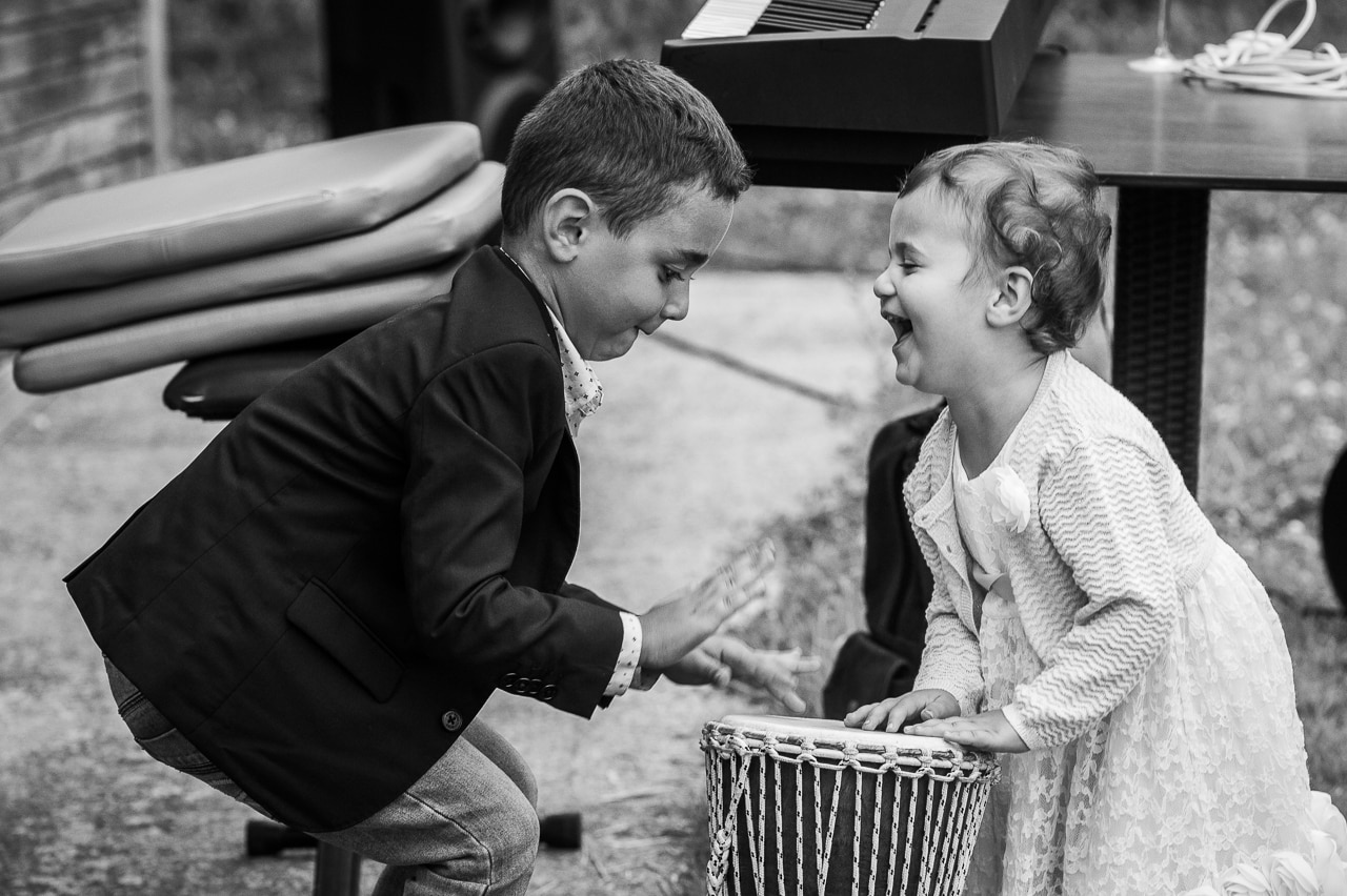 Enfants riant lors de la cérémonie