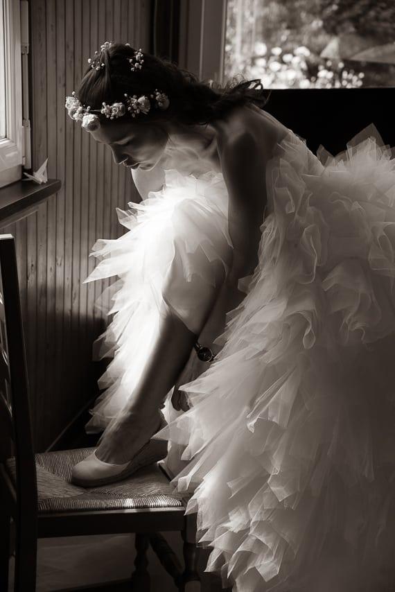 Magnifique mariée qui se chausse