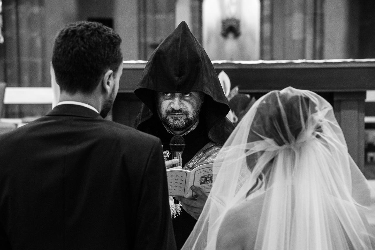 Mariés de dos pendant la cérémonie de mariage