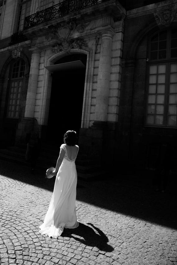 Mariée dans sa jolie robe dos nu blanche