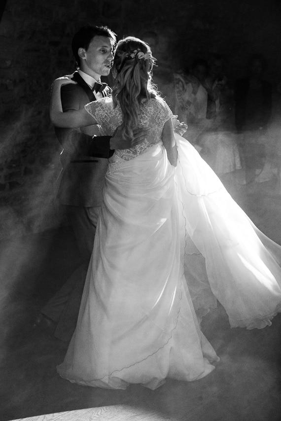 Mariés qui dansent dans la salle