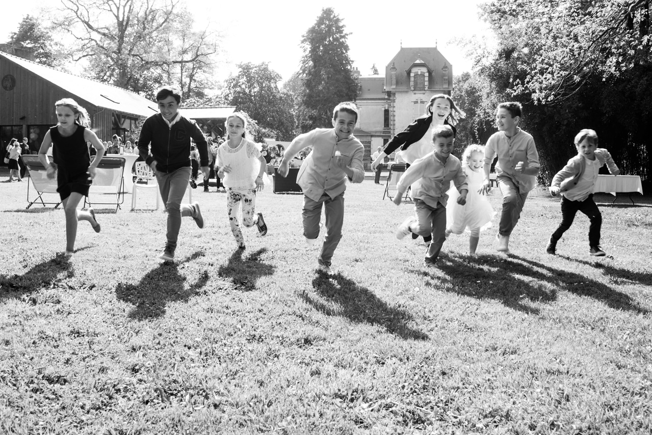 Enfants heureux qui courrent