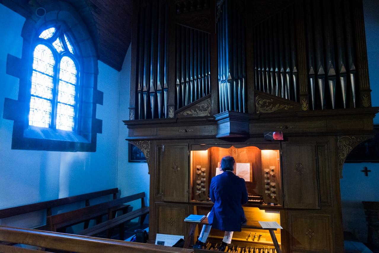 Organiste dans l'église lors de la cérémonie de  mariage