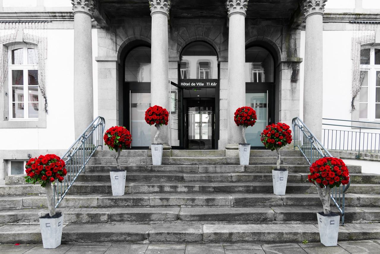 Entrée fleurie de roses rouges