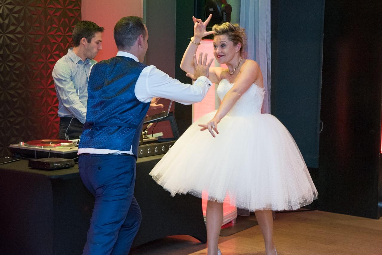 Mariés heureux de danser