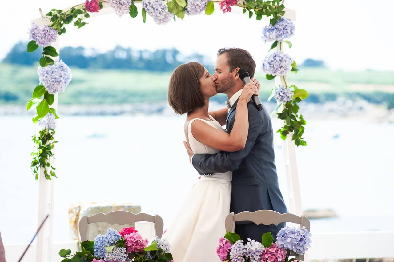Embrassade des mariés pendant la cérémonie  de mariage