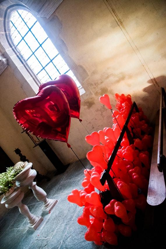 Décoration de l'église avec des fleurs et des ballons rouges