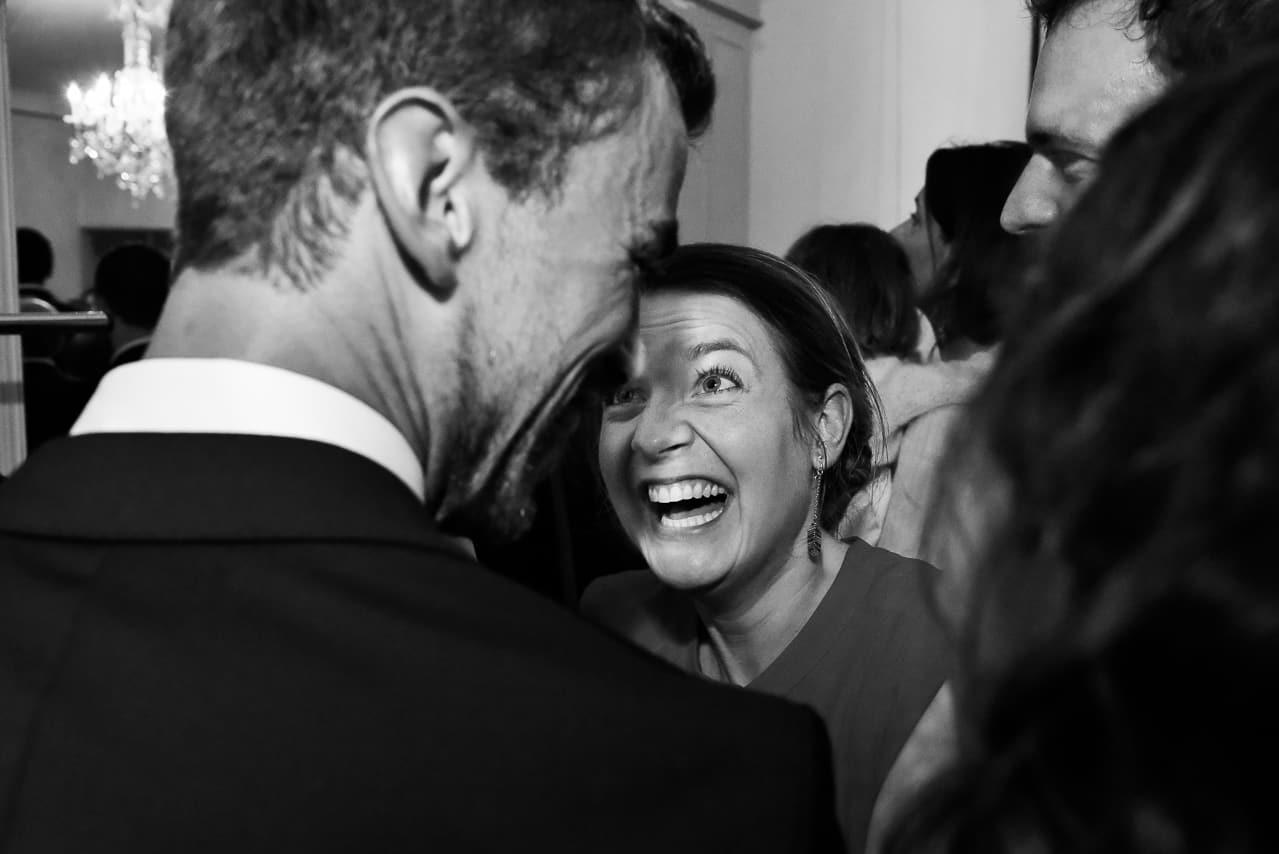 Moment complice et rigolade entre deux invités