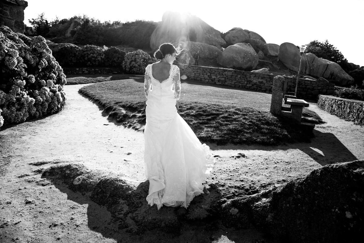 Mariée en robe blanche avec un joli chignon