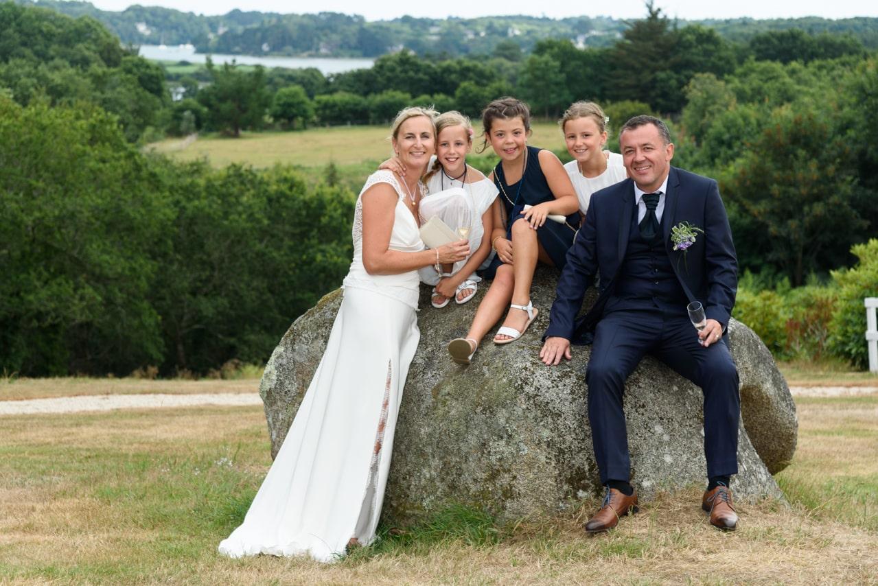 Famille autour d'un rocher le jour du mariage