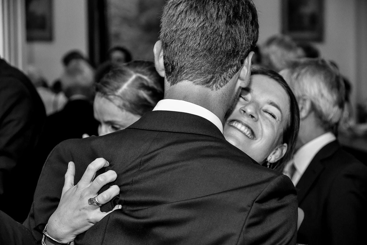 Moment de complicité entre deux invités du  mariage