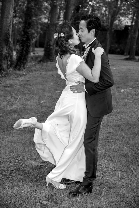 Mariés s'embrassant dans la nature