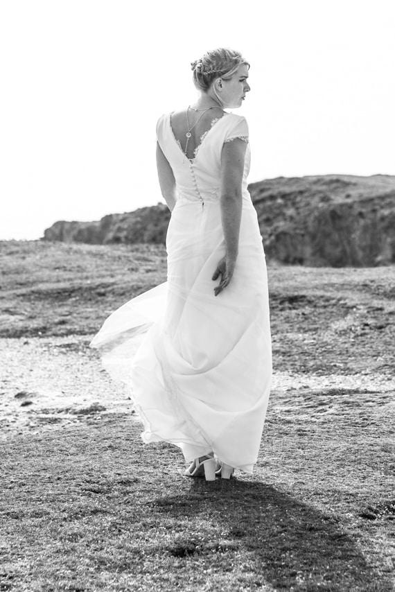 Elégante mariée entourée de rochers