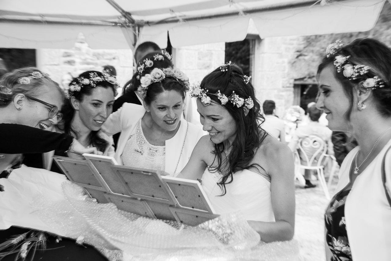 Moment entre la mariée et ses invités