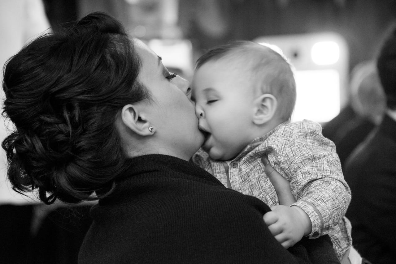 Moment complice entre la maman et son bébé  pendant la cérémonie