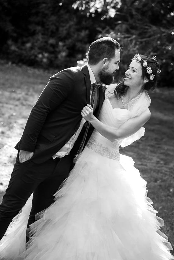 Mariés se tenant dans les bras