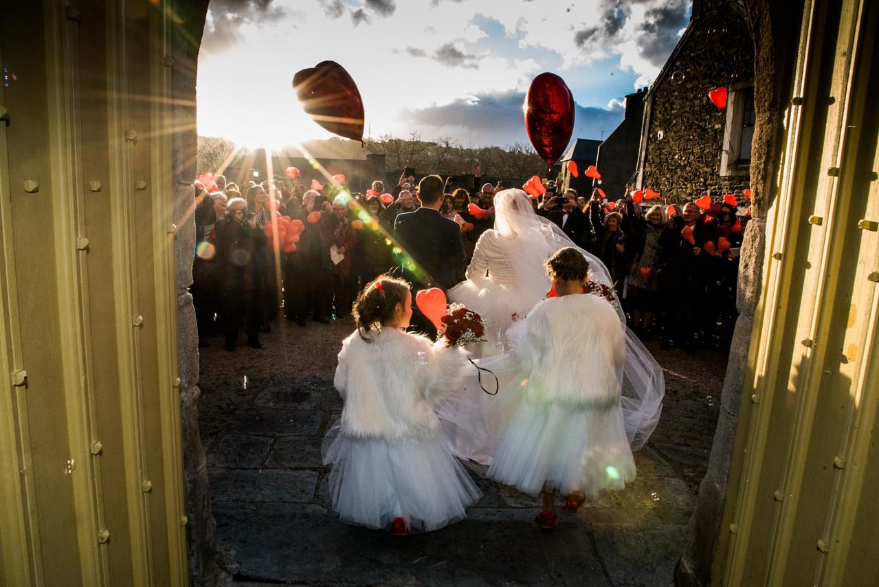 Magnifique sortie d'église des mariés avec leurs  proches