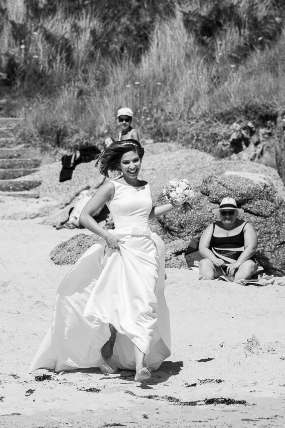 Mariée qui court sur la plage