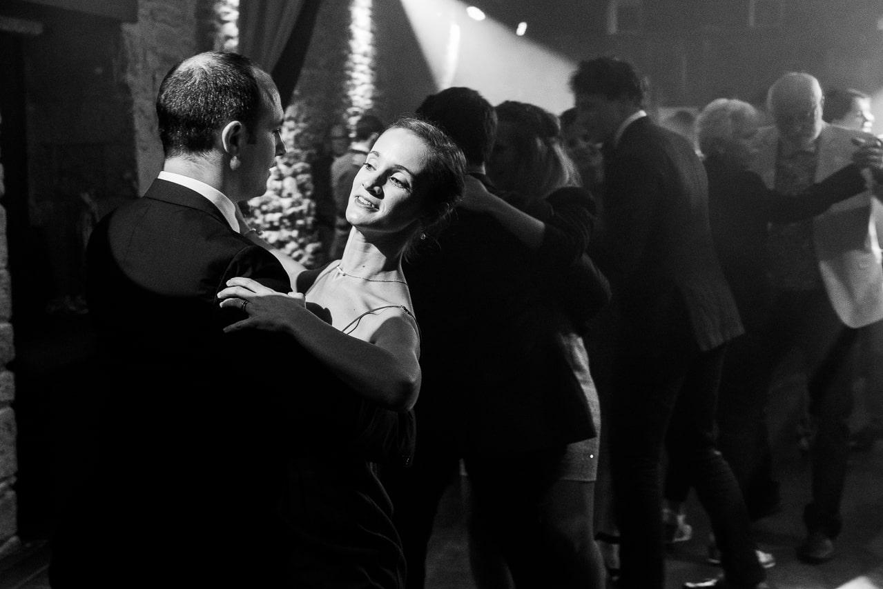 Les convives du mariage dansent avec élégence