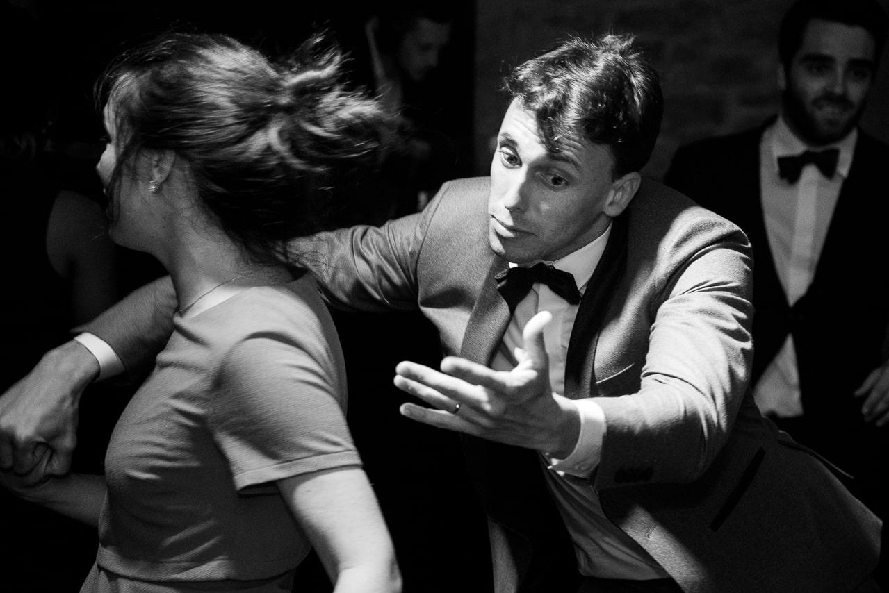 Couple entrainant qui danse sur la piste de la salle