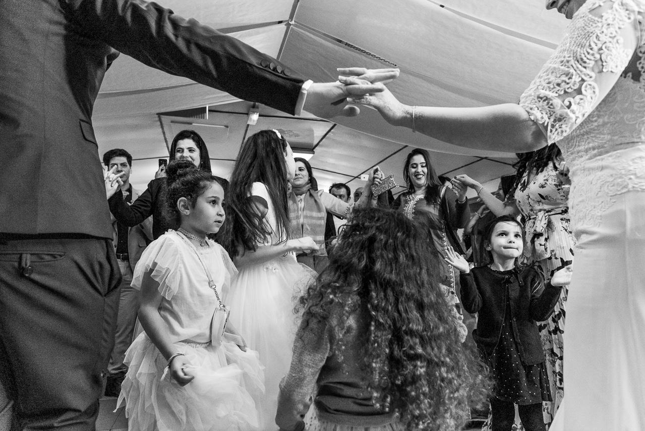 Les enfants et la famille qui danse