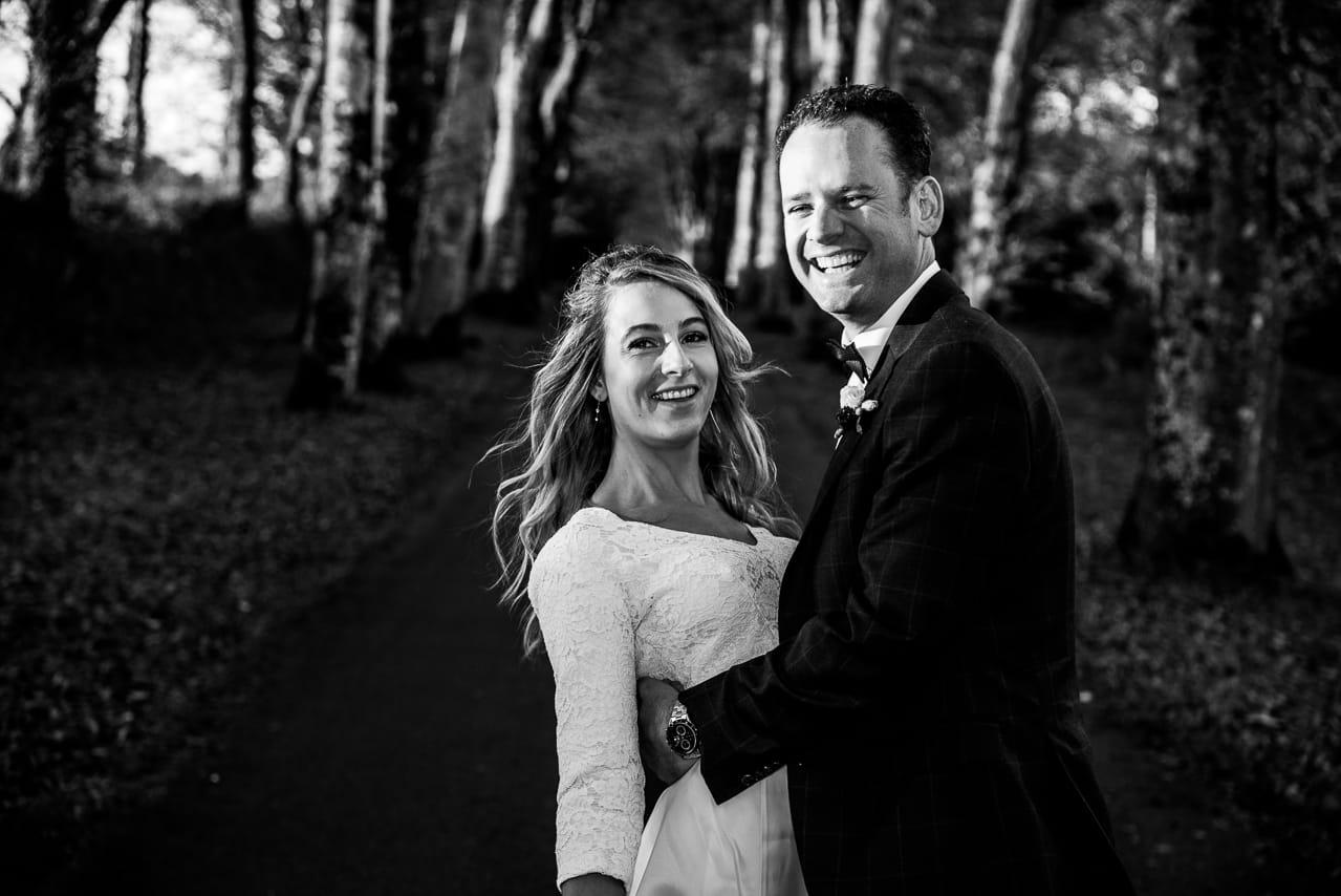 Mariés heureux dans la forêt