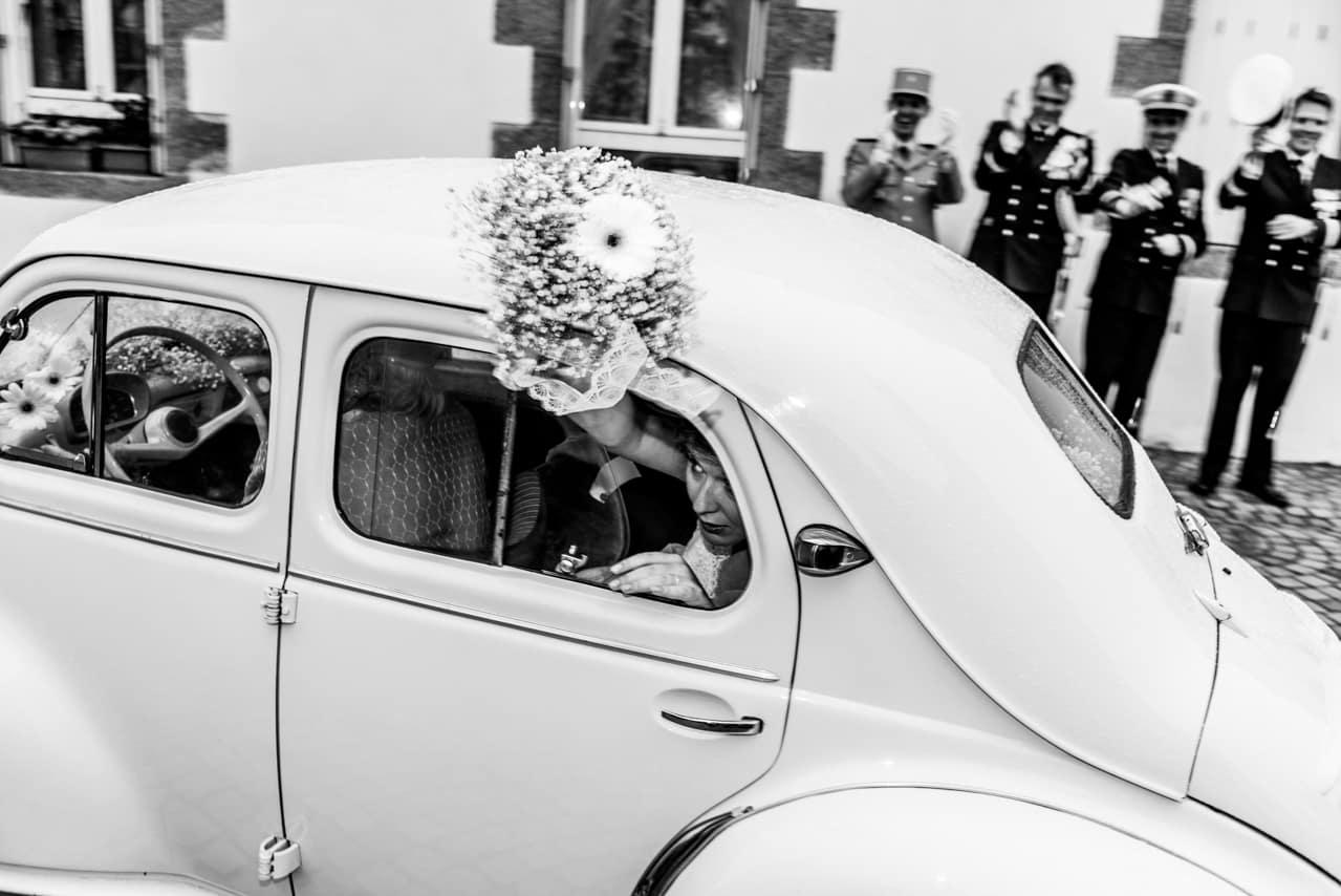 Départ des mariés dans une voiture ancienne  blanche