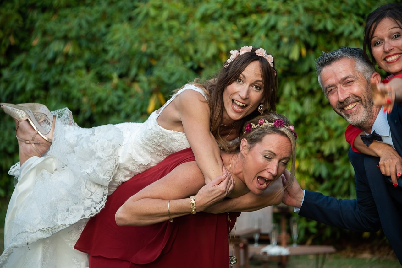 Mariée riant avec sa famille