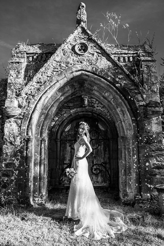 Mariée posant devant un monument avec son beau bouquet
