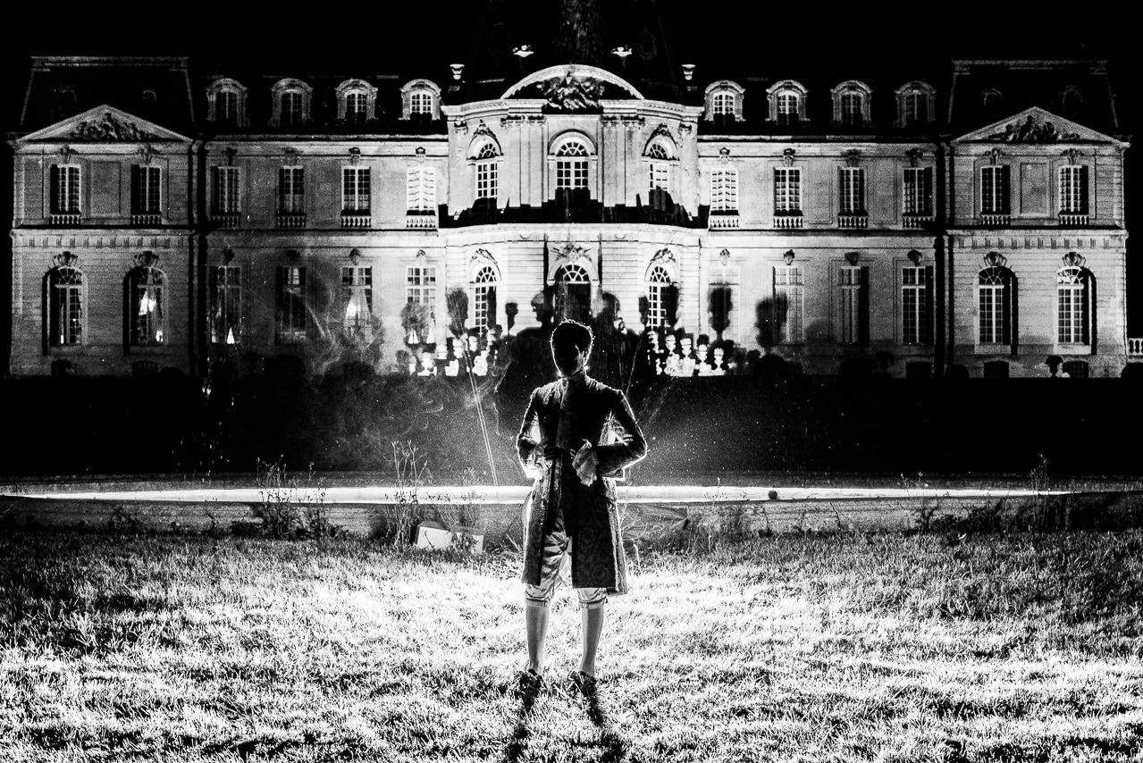 Mariée en noir et blanc avec le chateau en arrière plan
