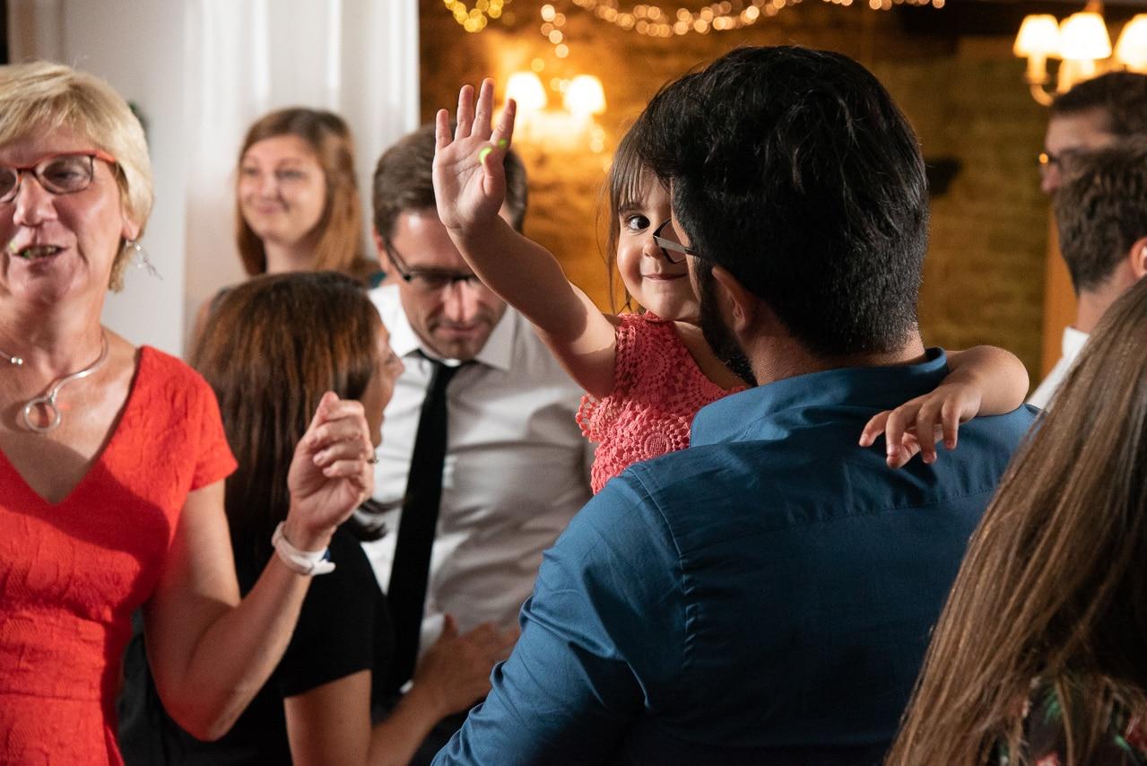 Petite fille dansant avec sa famille