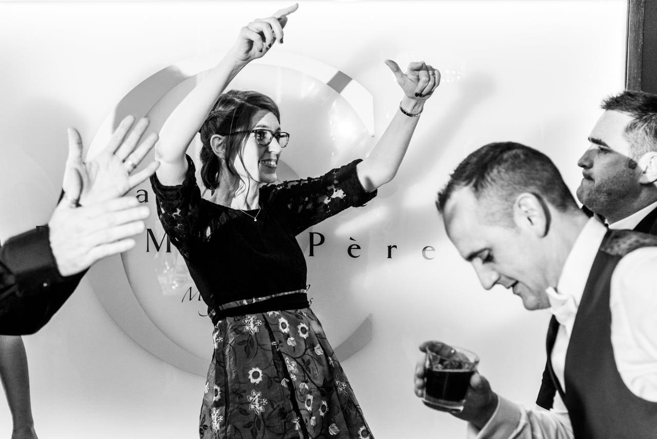 Invité du mariage qui danse