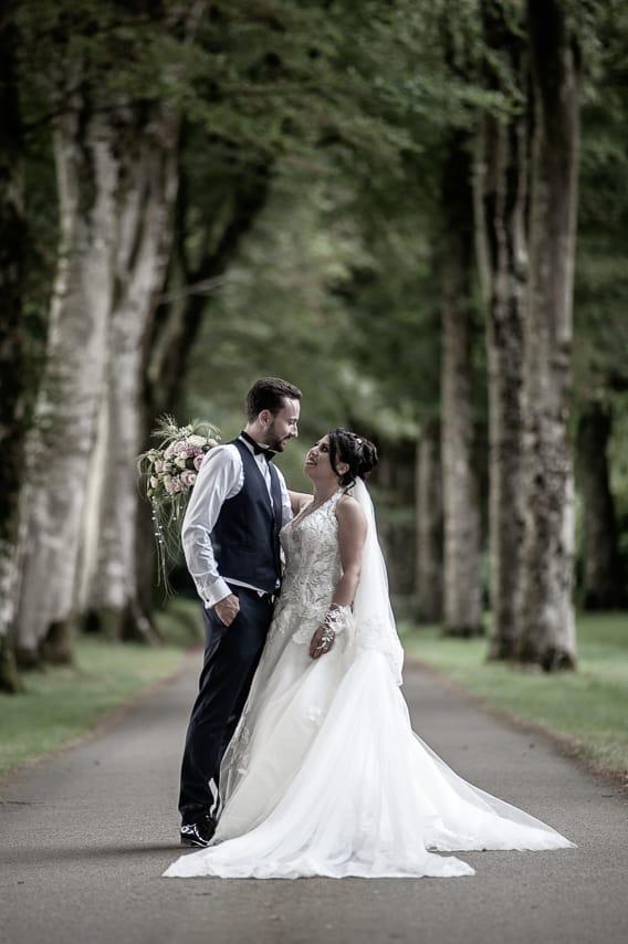 Mariés face à face dans la nature