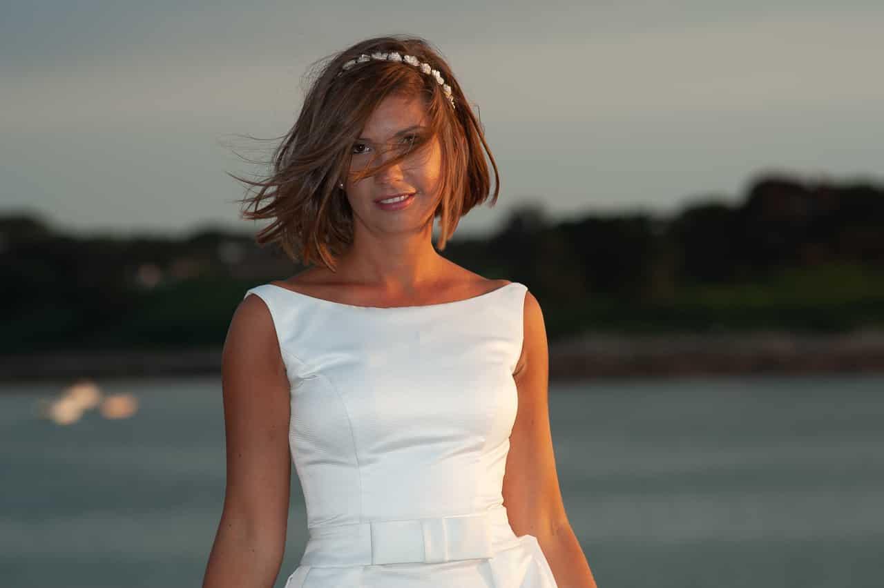 Elégant portrait de mariée avec la mer